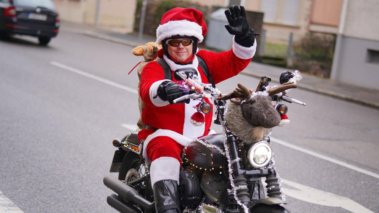 Patrick Kuntz fährt in seinem Nikolauskostüm auf seiner Harley Davidson über die Straßen. (Foto: SWR)