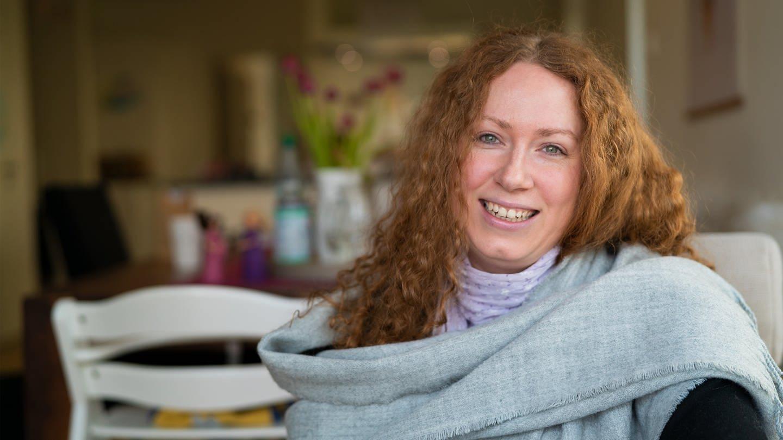 Porträt einer rothaarigen Frau, die lächelnd in die Kamera schaut. (Foto: SWR)