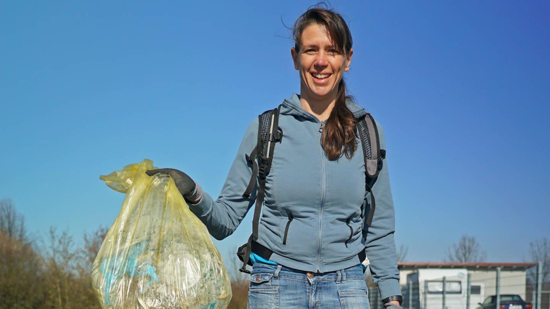 Frau mit mehreren vollen Plastiksäcken. Einen hält sie in der Hand. (Foto: SWR)