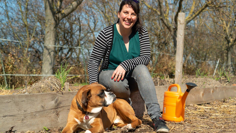 Junge Frau, Sarah Forger mit braunen Haaren und Hund (Foto: SWR)