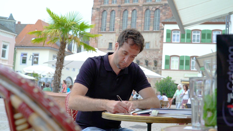Autor Daniel Lode im Interview (Foto: SWR)