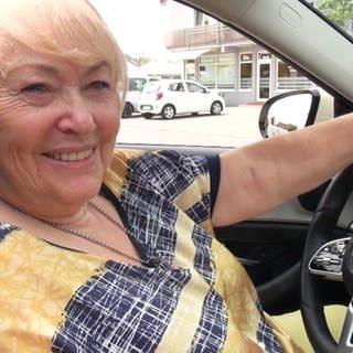 Diese Frau sitzt auch mit 74 noch am Steuer als Taxifahrerin (Foto: SWR)