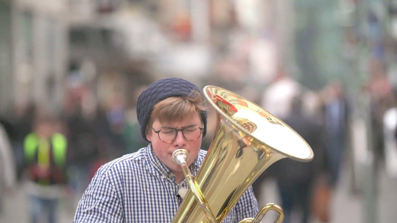 Frederick Punstein und seine Tuba (Foto: SWR)