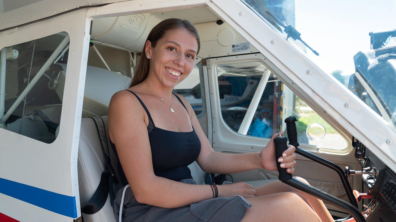 Nina möchte Pilotin werden und probiert das Fliegen beim Women's Day auf dem Flugplatz Bad Dürkheim (Foto: SWR)