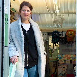 Sabrina verkauft Kinderkleidung im Fashion-Truck in Kaiserslautern (Foto: SWR)