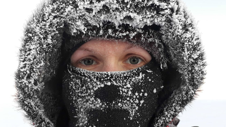 Umweltphysikerin Helene Hoffman auf der Polarstation (Foto: SWR)