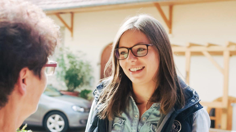 Enkelin Juliane und ihre Oma Eva auf dem Ellernhof
