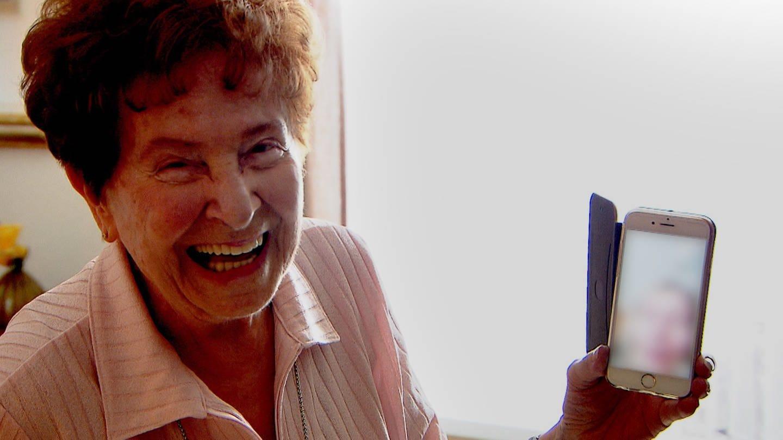 Oma Annemarie ist 84 und liebt ihr Smartphone (Foto: SWR)