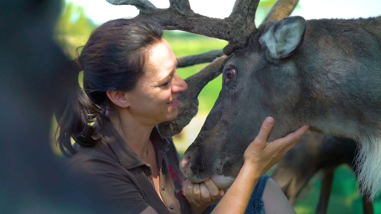 Sonja mit einem ihrer Rentiere (Foto: SWR)