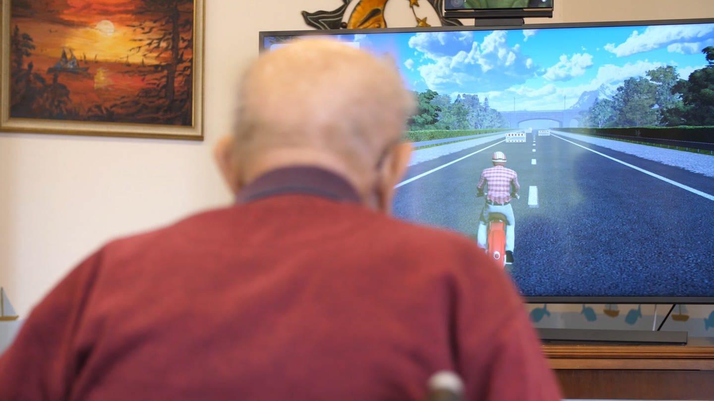 Zocken mit 95 an der Spielekonsole im Altersheim (Foto: SWR)