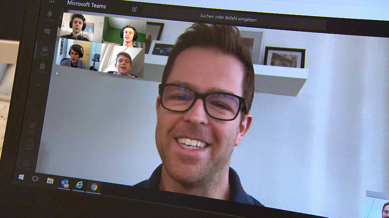 Lehrer mit seinen Schülern im Live-Chat (Foto: SWR)