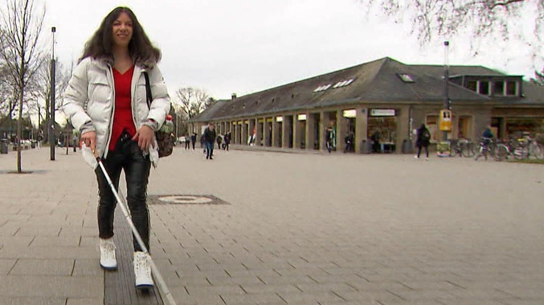 Nina ist blind, studiert aber trotzdem Erziehungswissenschaft an der Uni Mainz (Foto: SWR)