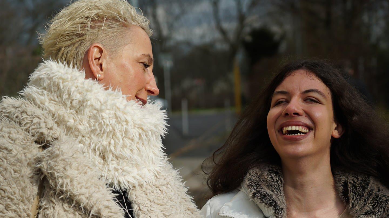 Mittelalte Frau lacht gemeinsam mit junger blinden Frau (Foto: SWR)