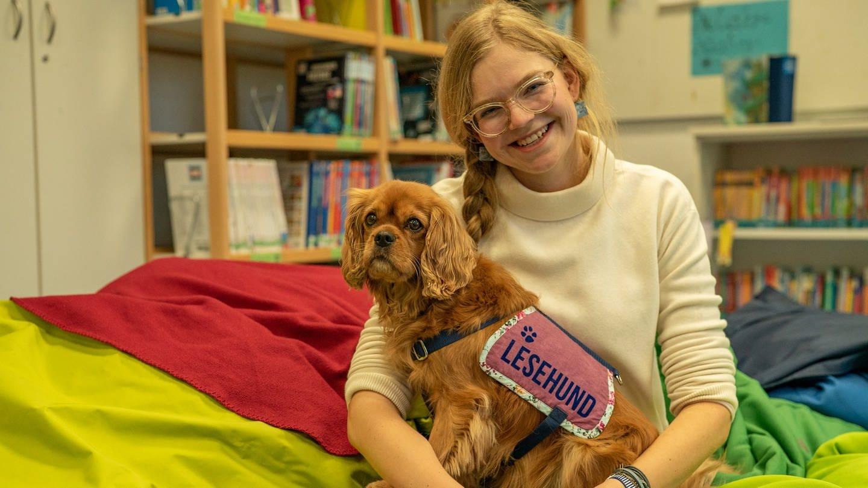 Junge Frau mit ihrem Hund auf dem Schoß (Foto: SWR)