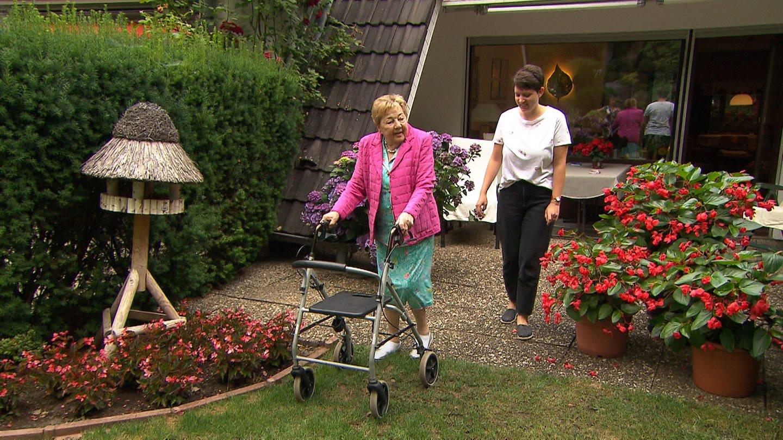 Alte Dame mit Rollator begleitet von junger Frau (Foto: SWR)