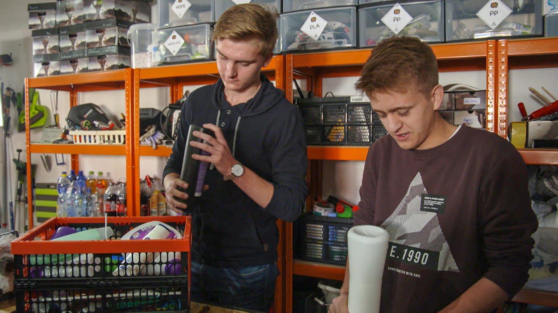 16-Jährige machen aus recyceltem Plastik neue Handyhüllen (Foto: SWR)