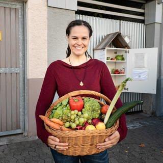 Eva, 30, mit einem Korb voller Lebensmittel in der Hand.  (Foto: SWR)