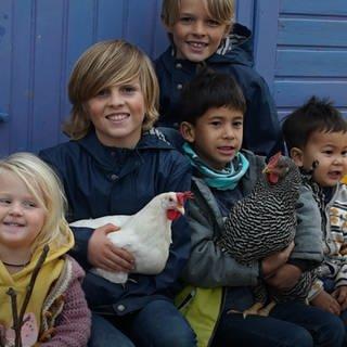 Kinder und Hühner (Foto: SWR)