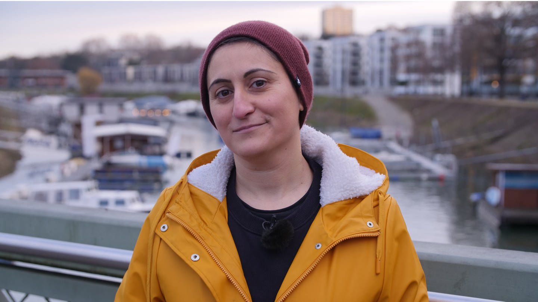 Porträt: Junge türkischstämmige Frau mit Mütze und gelbem Regenmantel (Foto: SWR)