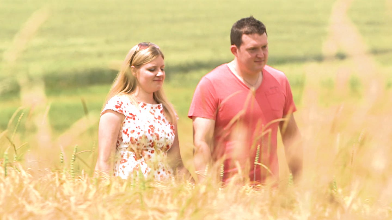 Junges Paar auf Kornfeld