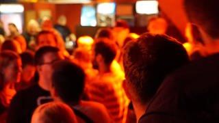 Tanzende und feiernde Menschen im Club Caveau (Foto: SWR)