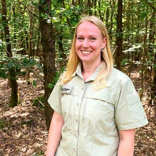 Junge Frau in Forstkleidung im Wald (Foto: SWR)
