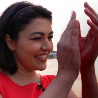 Azadeh Bahrami musste den Iran verlassen, weil sie Sängerin ist (Foto: SWR)