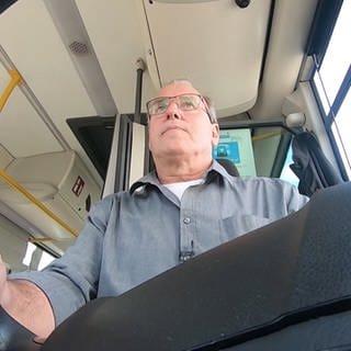 Bernd Pertzborn ist Busfahrer aus Leidenschaft (Foto: SWR)