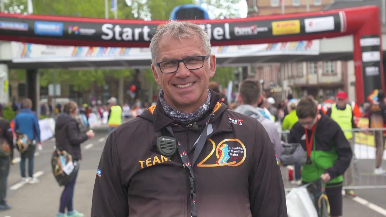 Der Gutenberg Marathon – Dieter Ebert dirigiert Läufer und ehrenamtliche Helfer (Foto: SWR)
