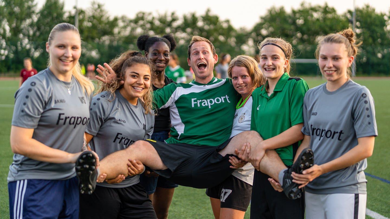 Jochen ist Trainer einer Frauenfußballmannschaft beim SV Ober-Olm. Er findet, dass alle gleichermaßen Respekt verdienen, für das, was sie machen. (Foto: SWR)
