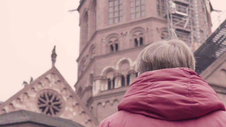 Junge vor dem Mainzer Dom (Foto: SWR)