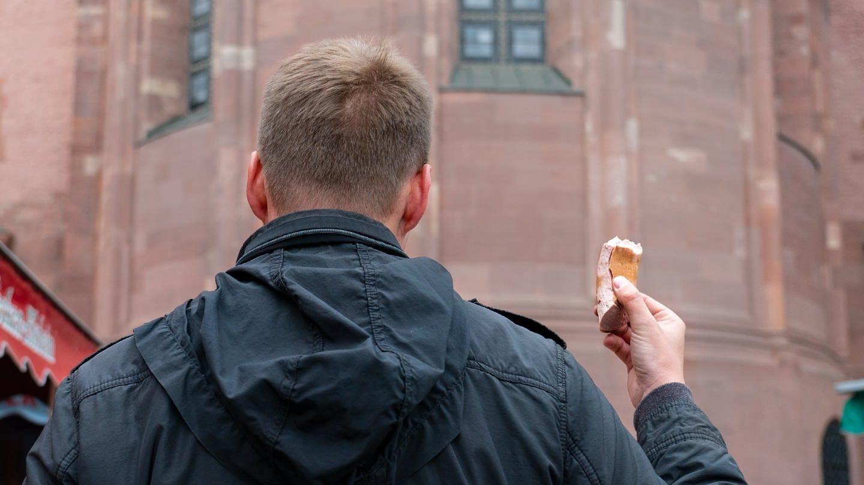 Mainzer essen Fleischwurst auf dem Wochenmarkt (Foto: SWR)