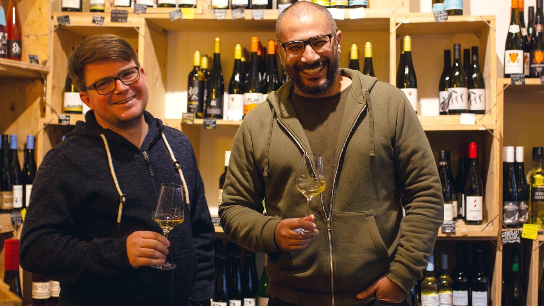 Michael und Sedat verkaufen Wein (Foto: SWR)