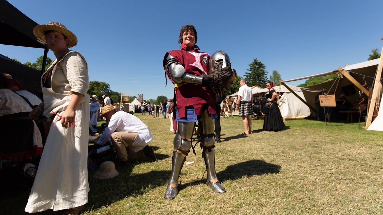 Nathalie tritt als Ritter mit Rüstung bei Schaukämpfen gegen Männer an, die ihr augenscheinlich überlegen sind (Foto: SWR)