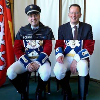 Oberbürgermeister und Polizist schützen den Prinzen Karneval (Foto: SWR)