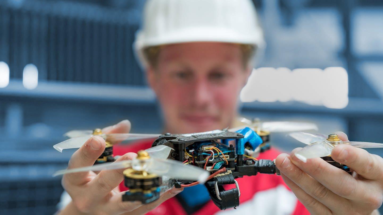 Patrick Gantner mit Drohne in der Hand. (Foto: SWR)