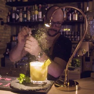 Tobias beglitzert seine Cocktail-Kreation (Foto: SWR)