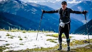 Trailrunner Frank freut sich auf dem Gipfel (Foto: SWR)