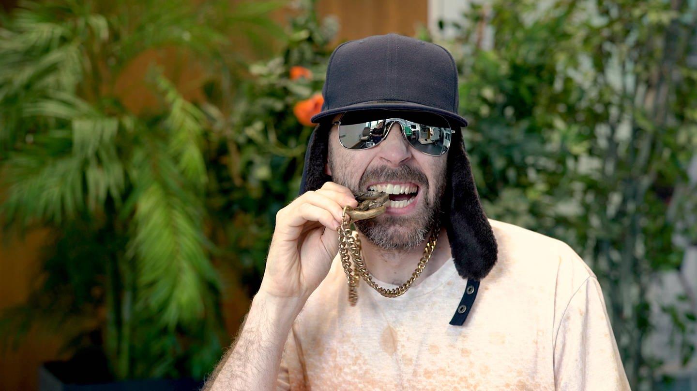 MC Bruddaal beißt in Brezel-Goldkette