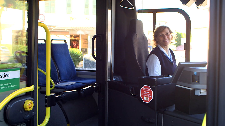 Mona ist Busfahrerin des Jahres. Sie sitzt am Steuer und lächelt in die Kamera. (Foto: SWR)