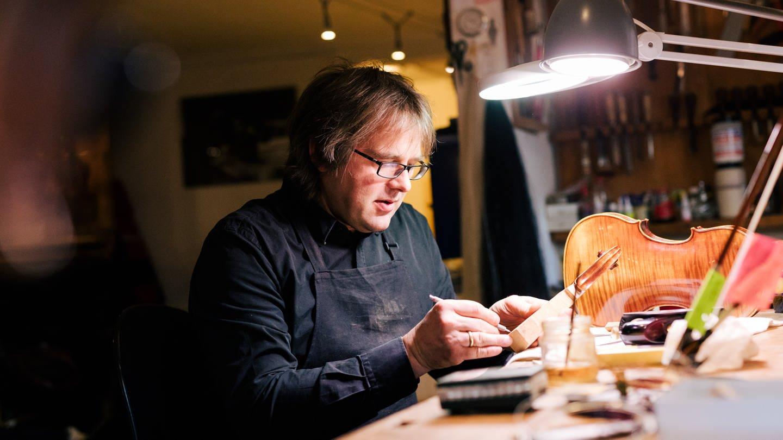 Eberhard Thiessen arbeitet in seiner Geigenbauwerkstatt