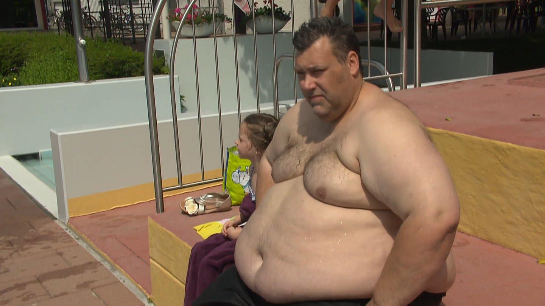 Ein schwer übergewichtiger Mann im Freibad (Foto: SWR)