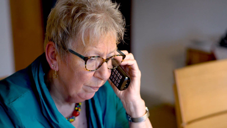 Margarete Moritz am Telefon (Foto: SWR, SWr -)
