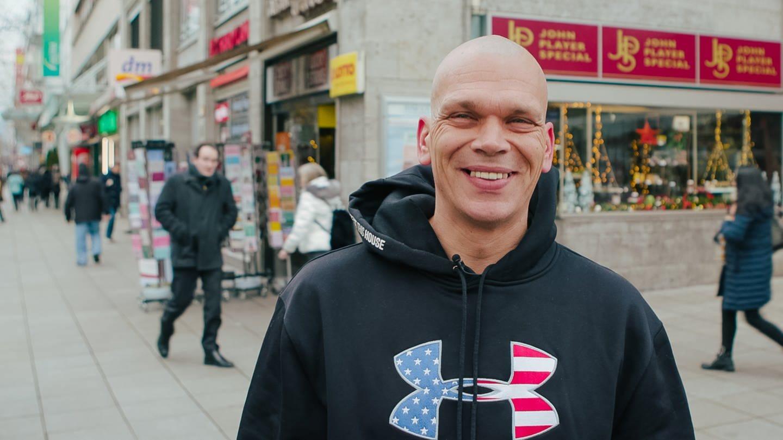 Mann steht vor Kiosk in Stuttgart (Foto: SWR)