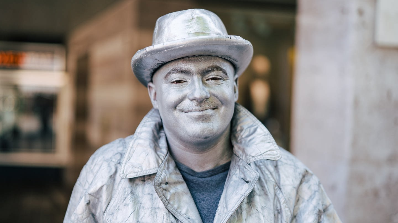 Straßenkünstler Paul versucht, sich als menschliche Statue Geld dazu zu verdienen. (Foto: SWR)