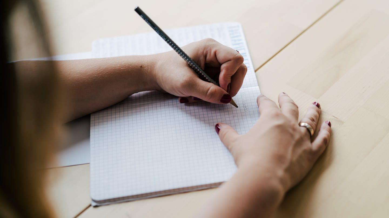 Patricia berät als Ergotherapeutin Linkshänder zur richtigen Schreibhaltung (Foto: SWR)