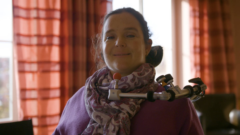 Maria-Cristina Hallwachs im Rollstuhl (Foto: SWR)