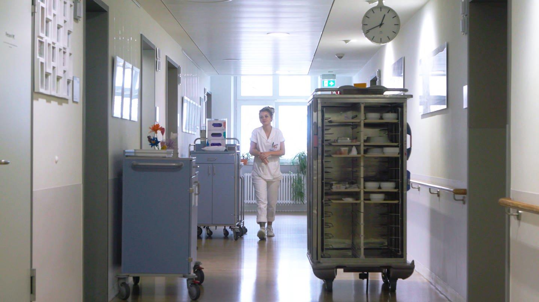 Lynn auf den Gängen des Marienhospitals in Stuttgart (Foto: SWR)