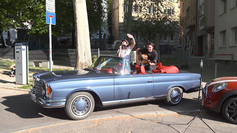 Das Duo Parallel sitzt im Cabrio und Musiziert (Foto: SWR)