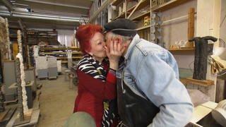 Altes Pärchen: Mann und Frau küssen sich (Foto: SWR)